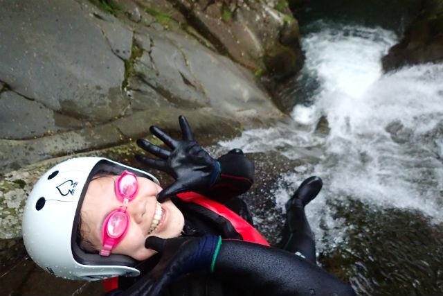 【伊豆・キャニオニング】渓谷を歩き、滑り、跳び回ろう!東伊豆でキャニオニング体験!