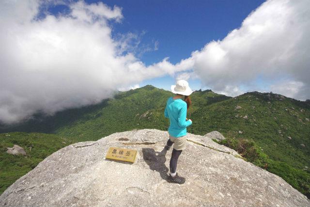 【鹿児島・屋久島・トレッキング】圧巻の大絶景!頂上の巨岩を目指す黒味岳トレッキングツアー