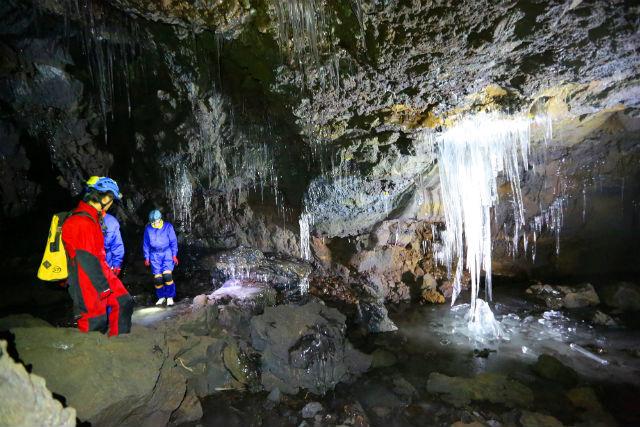 【山梨・ケイビング】富士樹海と洞窟を探索しよう!夏もひんやり、氷の洞窟プラン