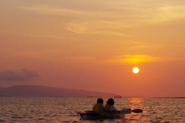 【石垣島・サンセットカヤック】竹富島&西表島に沈む夕日を見よう!スケルトンカヤックツアー