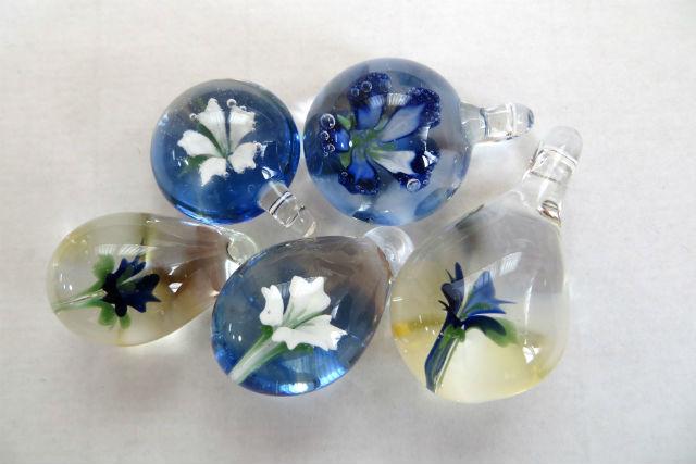 【沖縄・宜野湾市・ガラス細工】ガラスの中に咲いた花。花入りペンダントヘッド