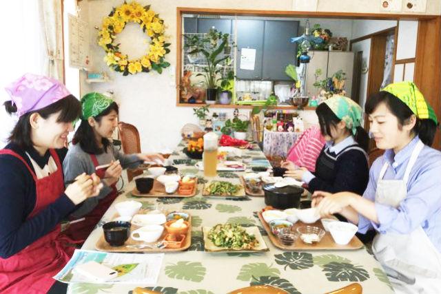 【沖縄・料理体験】沖縄の日常体験!三線体験とお昼ご飯作り体験
