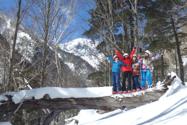 【栃木・日光市・スノーシュー】雪のすべり台や動物の足跡追跡も楽しめる!のんびりトレッキング