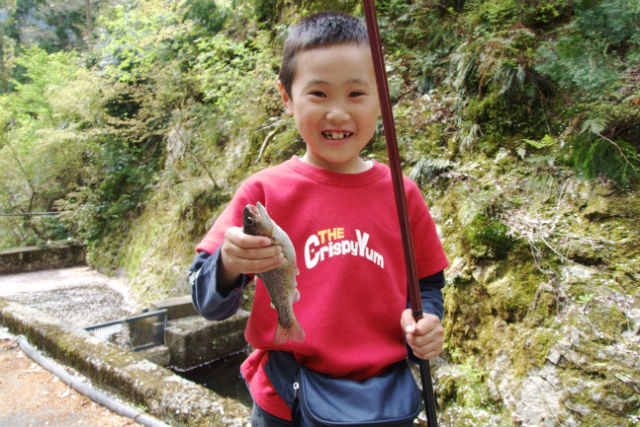 【滋賀・釣り体験】マス釣り体験!釣ったマスは炭火焼きでいただきます(ランチ付)