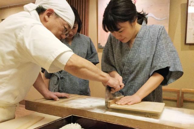 【東京・谷中・そば打ち】そば屋の主人が教えます!そば打ち体験(天ぷら・デザート付き)