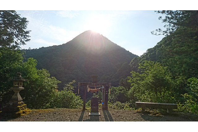 夏至の日に日本三大ピラミッドの一つ日室ヶ嶽に沈む夕日を拝む