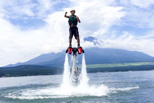 【山梨・山中湖・フライボード】富士山を一望する絶好ロケーション!身体ひとつで空を飛ぼう