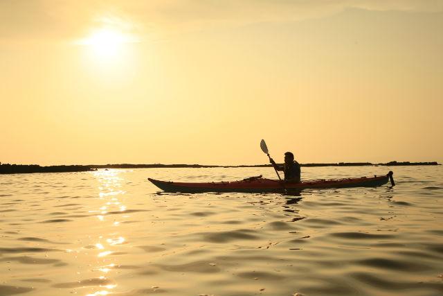 【熱海・カヤック】黄金色の海に包まれる!サンセットツアーで心に残る思い出を
