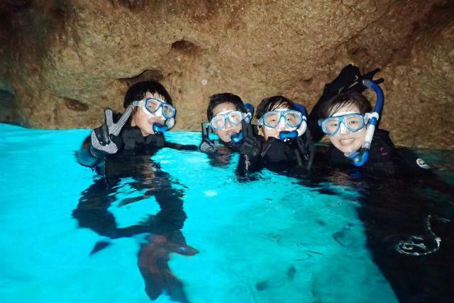 【沖縄・シュノーケリング】オプション料金一切なし!餌付けも写真も全部コミコミ!青の洞窟を見に行こう!サンゴとたくさんのお魚に出会えるシュノーケリングツアー