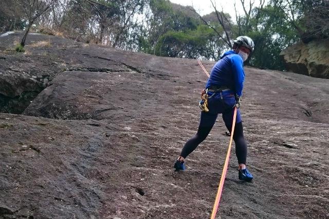 【神奈川・厚木市・ロッククライミング】じっくり1日講習!厚木・広沢寺で50メートルの岩場に挑戦しよう