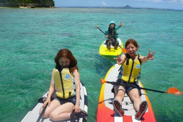 【沖縄県名護/瀬底島・SUP】海と空を満喫!SUP体験&パラセーリング