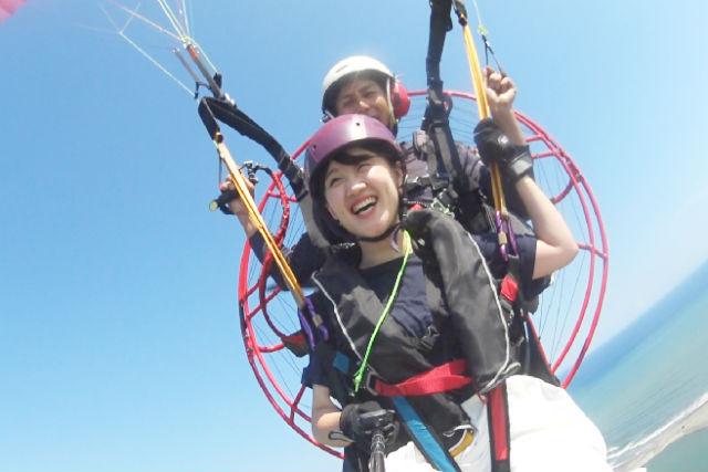 【静岡・湖西・モーターパラグライダー】ビーチを見ながらふわり。二人乗り体験コース