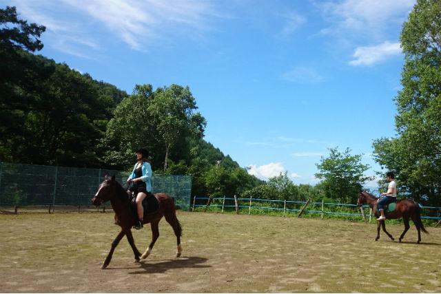 【長野・乗馬体験】森の空気に包まれながら。浅間山で乗馬体験(外乗付き)