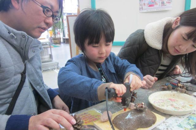 【静岡・木工教室・どんぐりジオラマ制作教室】恐竜の時代「ジュラシックパーク」を親子でつくろう