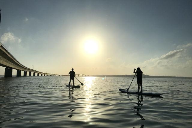 【宮古島・SUP】大海原に沈みゆく夕日を堪能!サンセットサップツアー