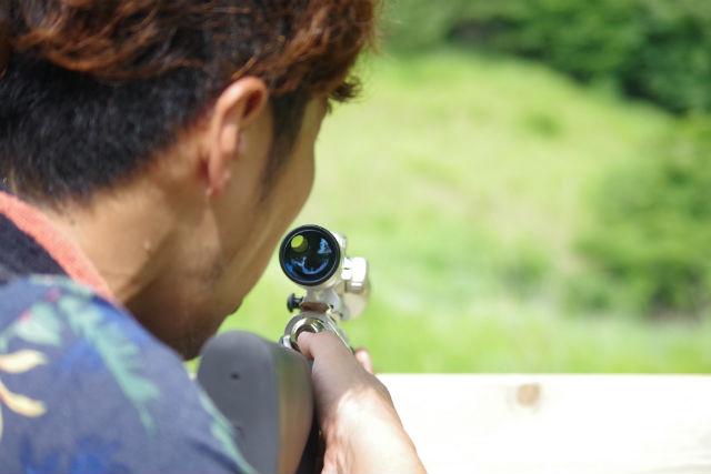 【埼玉・秩父・射撃体験】スナイパー気分で森を駆ける!ビームライフルシューティング