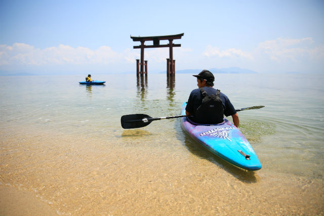 【琵琶湖・カヌー】青い湖上のパワースポット!白髭神社の鳥居を、カヌーでくぐろう!