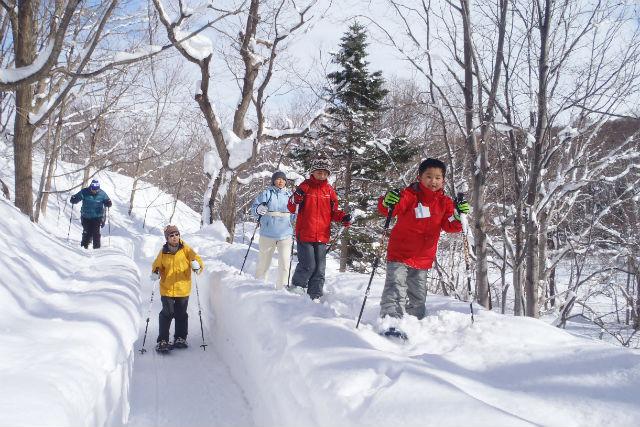 【北海道・札幌市】冬のエコツアー・スノーシュー(雪の中でティータイム付)