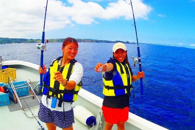 【沖縄・恩納村・釣り体験】大満足!ボートで五目釣り&青の洞窟体験ダイビング(写真撮影・餌付け体験付)