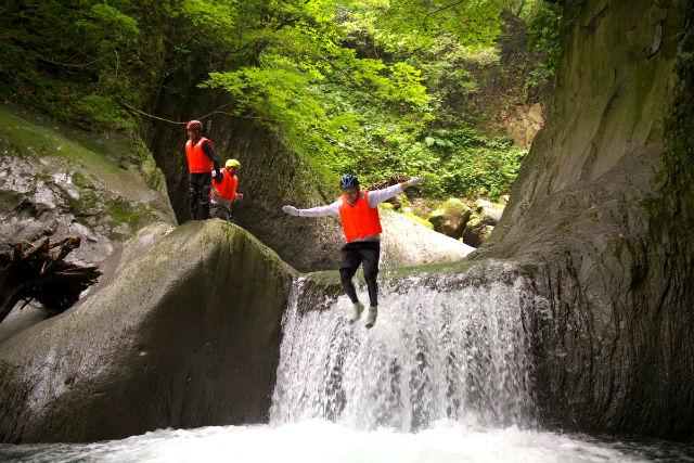 【鳥取・大山・シャワークライミング】滝つぼへダイブ!スリル満点のチャレンジコース