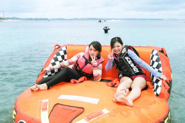 【沖縄・うるま・バナナボート】沖縄の海を満喫!バナナボート、スーパーマーブルお手軽セット