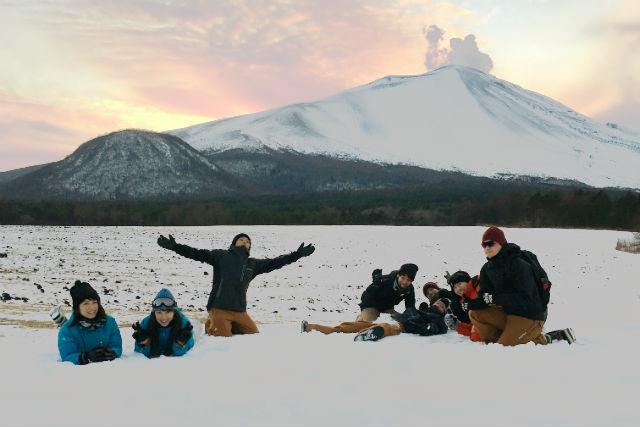 【群馬・北軽井沢・スノーシュー】噴煙が夕陽に染まる!夕焼けスノーシュー
