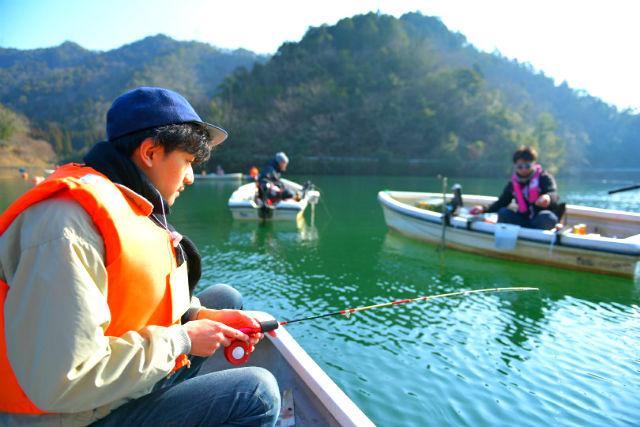 【岐阜・山県・ワカサギ釣り】きれいな湖の伊自良湖で体験!ボートに乗ってワカサギ釣り