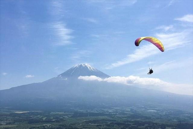 【静岡・朝霧高原・パラグライダー】雲と同じ高さからのぞむ、絶景富士山フライト!(2人乗り)