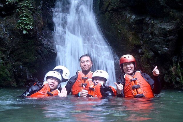 【徳島・シャワークライミング】大人も子どもも大興奮!沢で楽しむ滝登りと滝滑り!