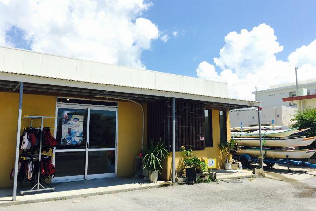 アースシップ沖縄 恩納村店 ライフポイント駐車場内右側店舗