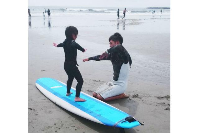 【茨城・サーフィン体験キッズプラン】お得な家族割あり!大洗サンビーチでわくわく波乗りサーフィン!3歳以上からOK!