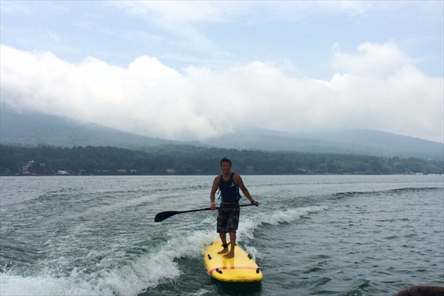 【山梨県・山中湖・SUPサーフィン】安定した波で誰もがサーファーに!