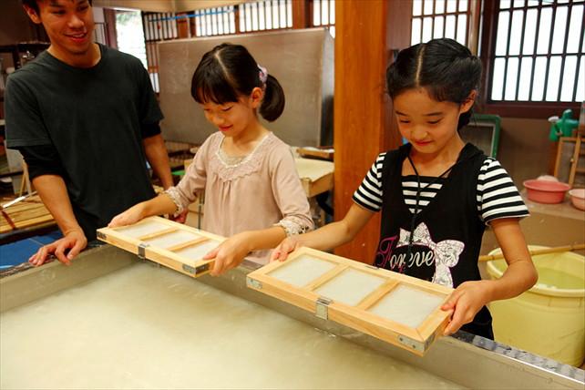 【富山県・紙すき体験】合掌造りの館内で、五箇山伝統の和紙作りを体験