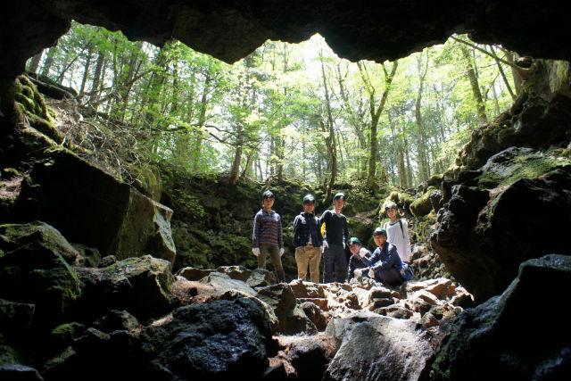 【山梨・エコツアー】ディープな樹海に迫る!青木ケ原樹海で3つの洞窟探検(Bコース)