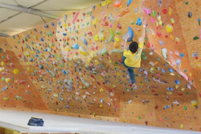 【福岡市博多区・トライアルコース(キッズ料金)】親子で仲良くボルダリング!木登り感覚で楽しめます