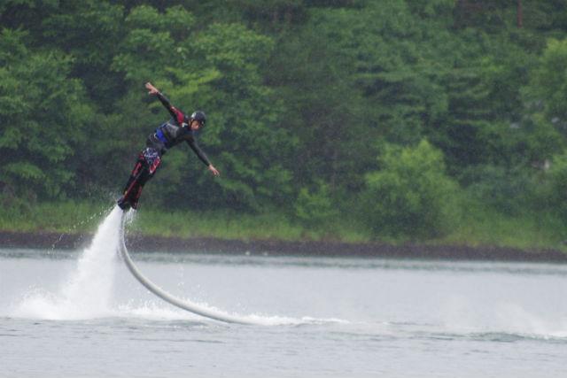 【山梨・ホバーボード】水圧で空を飛ぶ!ホバーボードで空中浮揚体験!