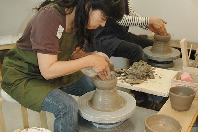 【大分市・陶芸体験】4名様から6名様までの団体教室。電動ろくろでの作品制作