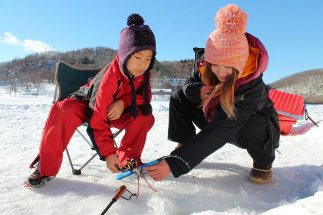 【北海道上川群・釣り体験】冬季限定の体験。サホロ湖でワカサギ釣り!