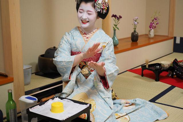 【ポイント還元】【京都市・ガイドツアー】舞妓さんと一緒に、お座敷遊び!プレミアムコース