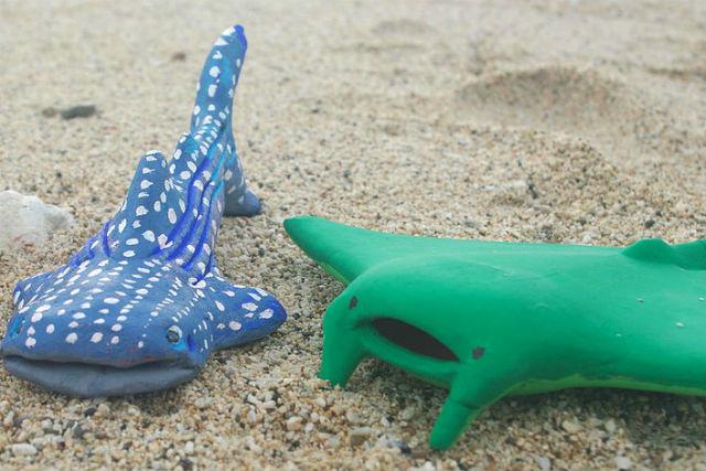 【沖縄・陶芸体験・絵付け】海のアイドル!ジンベイザメ・マンタに絵付けしよう