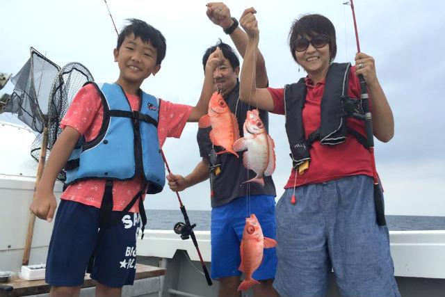 【宮古島・釣り・乗り合い半日】魚と一緒に笑顔も釣れる!手ぶらで体験五目釣り!