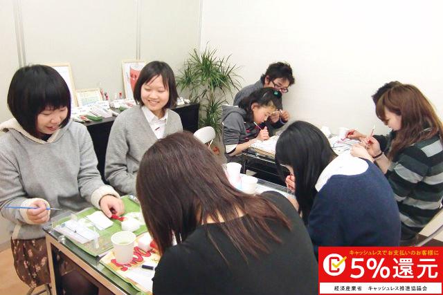 【京都・伏見・ろうそく作り】京都で伝統工芸品、絵ろうそくの絵付けに挑戦!(絵付け体験)