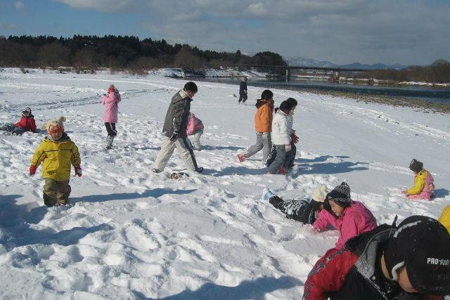 雪に覆われた白銀の世界で楽しい釣りの始まりです!小さな氷の穴に糸を垂らし、かかるのを待ちましょう。