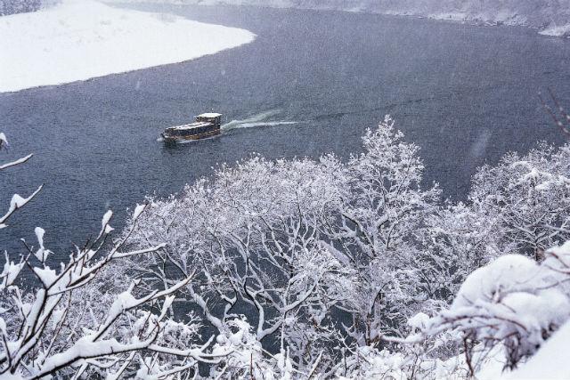 【新潟・ライン下り】雪見舟で幻想絵巻の世界へ。冬も暖かい阿賀野川下り
