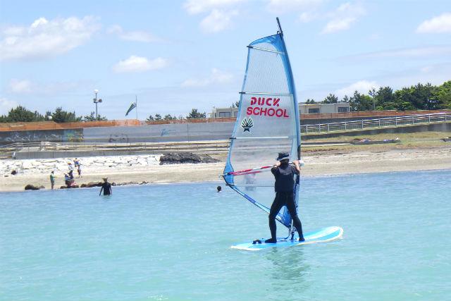 【千葉・検見川浜・ウィンドサーフィン】安定感があるボードで練習しよう!半日体験プラン