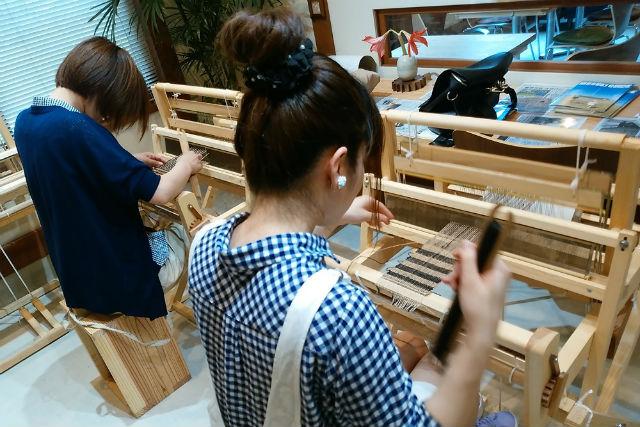 【鹿児島・指宿・機織り体験】手織りのプロが教えます!絹糸でコースターを織ろう