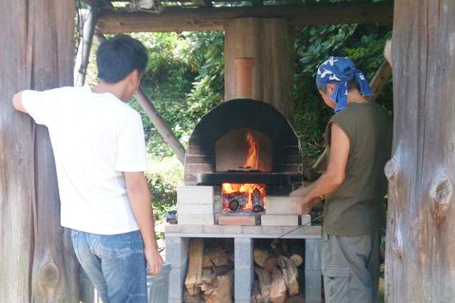 【大分・ピザ作り 体験】スパイスは大自然!とろ~りチーズと自家製野菜の本格窯焼きピザ作り