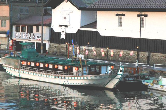 【青森・八戸・屋形船】ごちそう&多彩な湾景を堪能!うにご飯入り豪華弁当コース(竹プラン)
