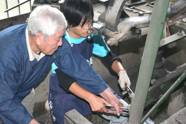【熊本・伝統工芸体験】西日本で唯一の包丁作り!国内でも珍しい鍛冶体験に挑戦!