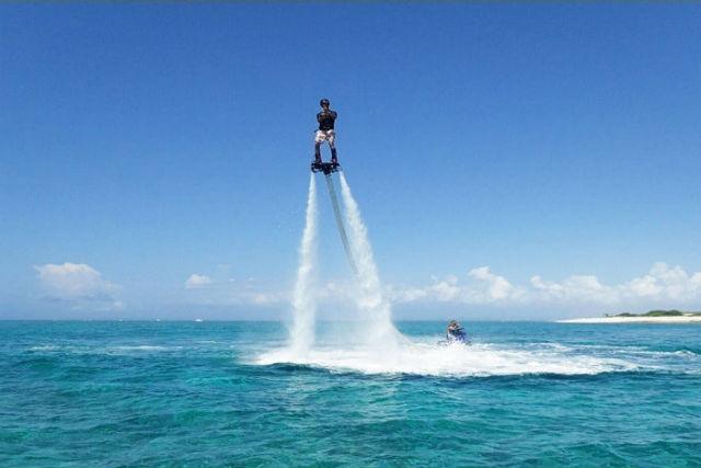 【沖縄・宜野湾・フライボード】ジェット噴射で自由に飛びまわれるフライボード!